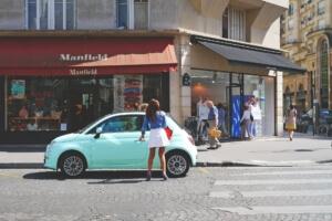 Parijs winkelstraat overstekende vrouw