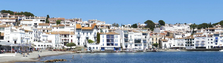 Spanje Costa Brava Cadaqués witte huizen strand