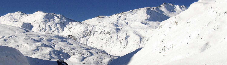 Zwitserland besneeuwde weg uitzicht op bergen
