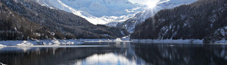 Zwitserland meer met uitzicht op besneeuwde bergen