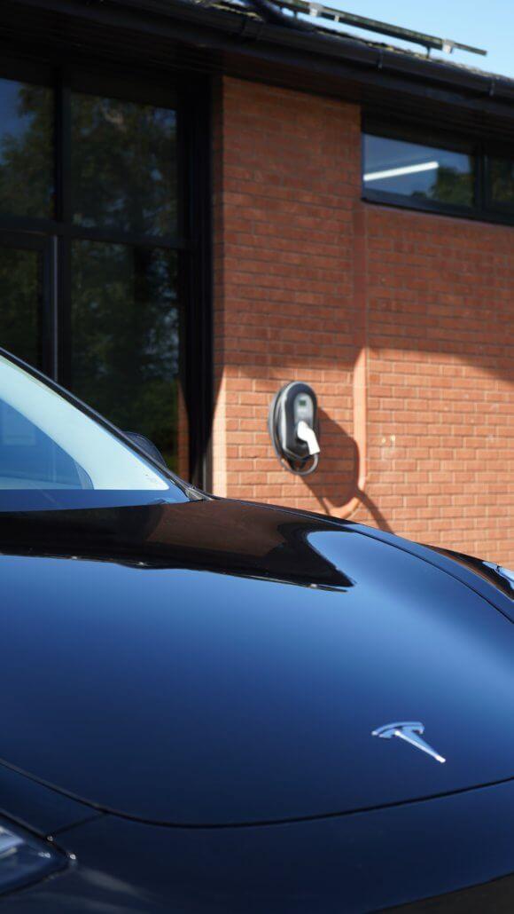 Elektrische auto thuis opladen met zonnepanelen