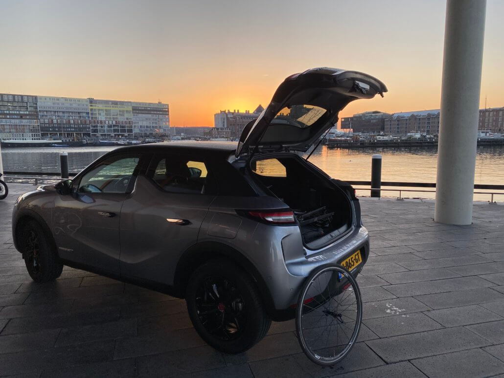 Elektrische auto inpakken voor weekend weg