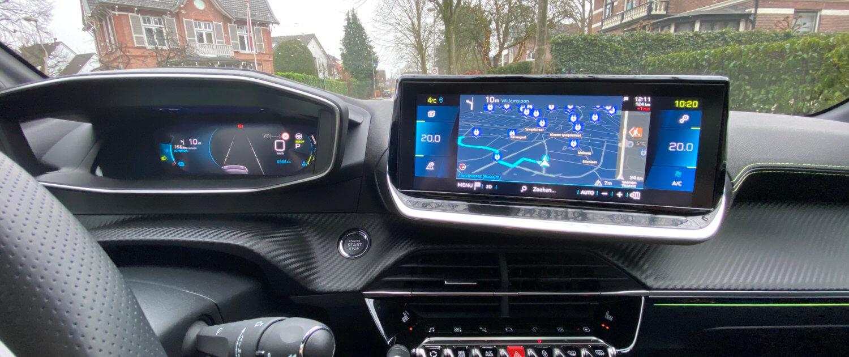 De i-Cockpit van de Peugeot e-208