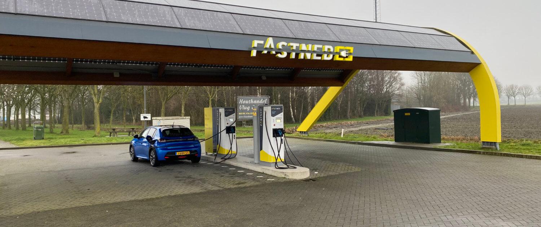 Peugeot e-208 snelladen bij Fastned onderweg naar Texel