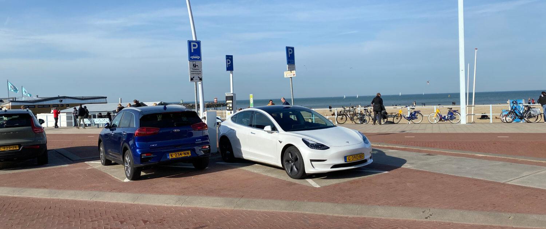 Elektrische auto opladen in Scheveningen aan de boulevard