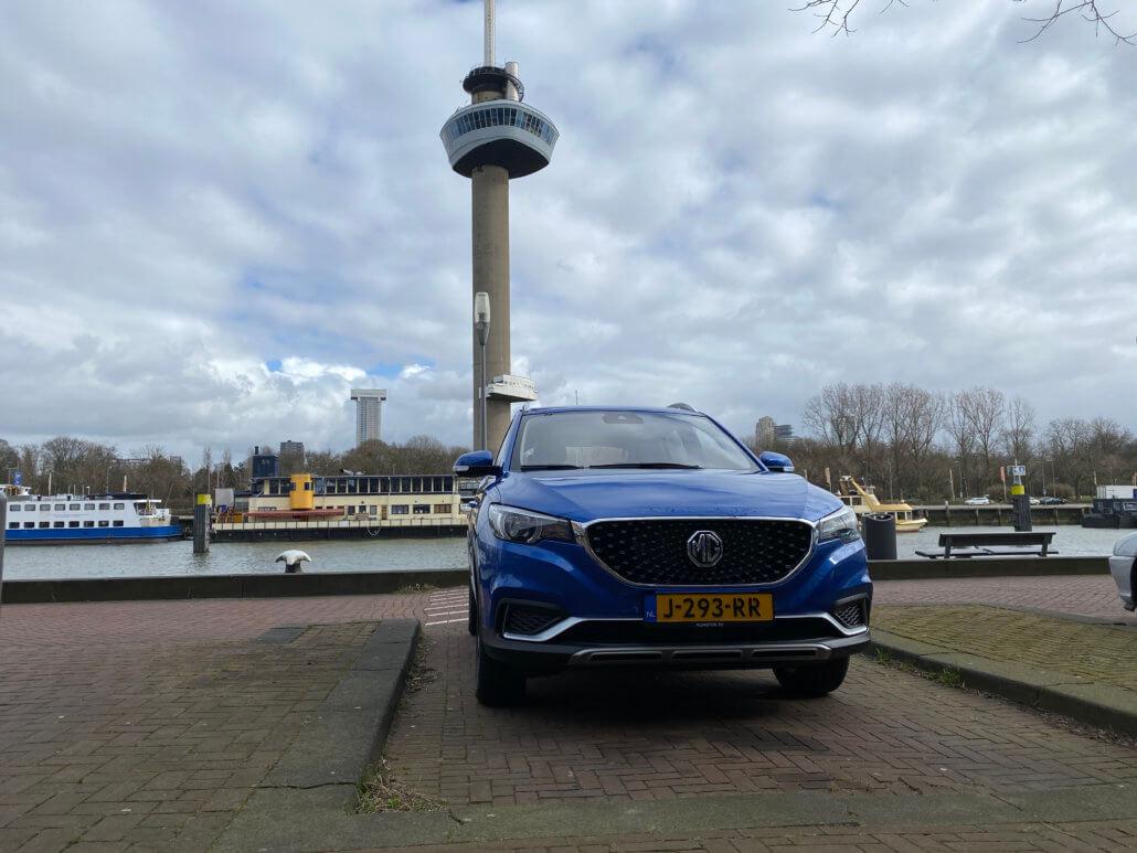 Elektrische auto parkeren in de buurt van de Euromast Rotterdam
