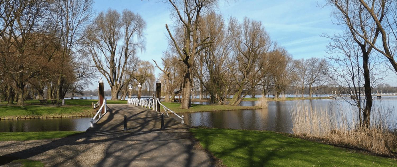 Kralingse bos Rotterdam in de lente - elektrische auto opladen