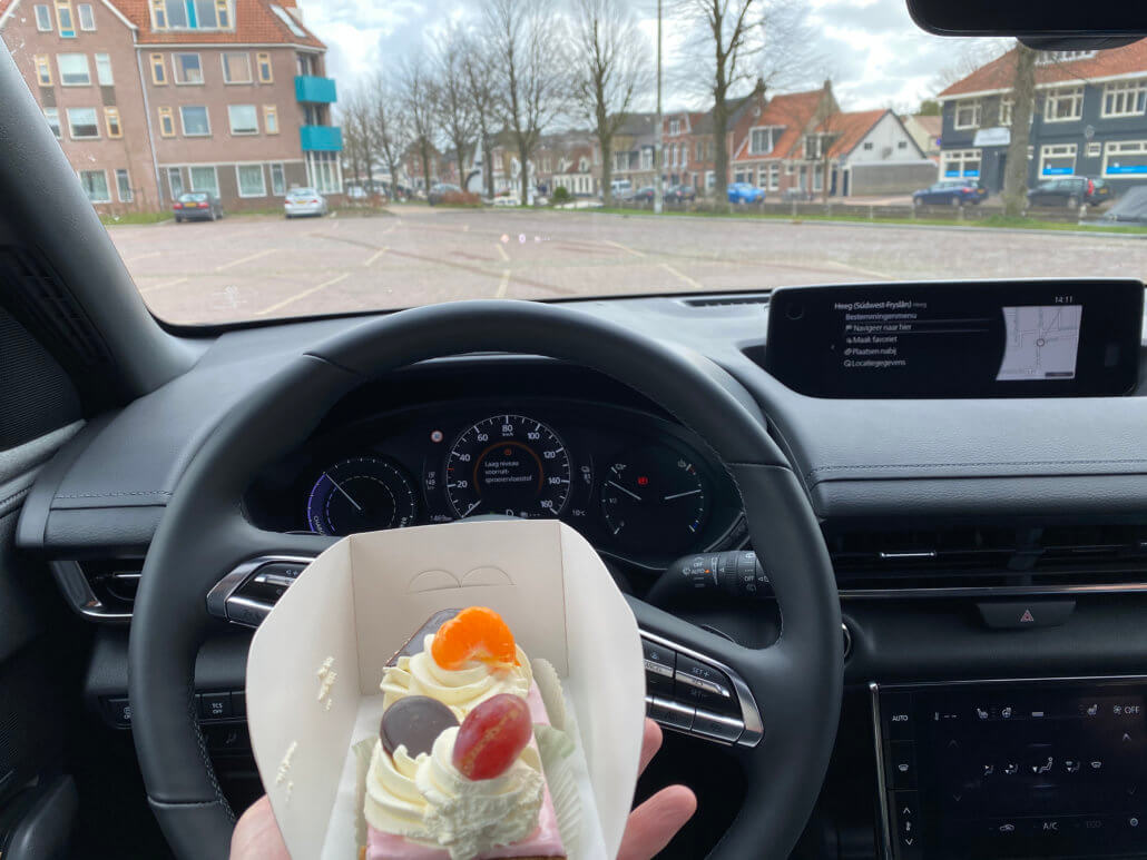 Oranjekoek uit Friesland proeven in Sneek met Mazda MX-30