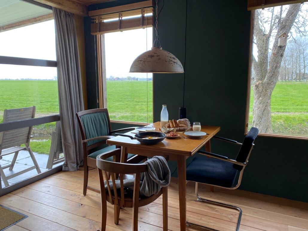 De ontbijttafel en het uitzicht bij accommodatie Tante W in Wytgaard Friesland