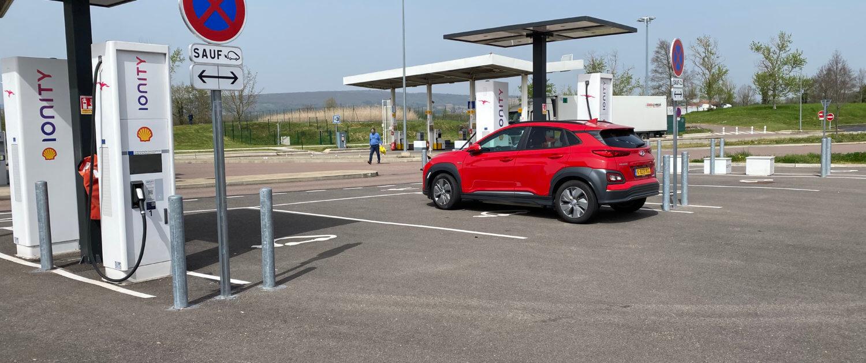 Hyundai Kona Electric opladen bij Aire de Langres-Perrogney