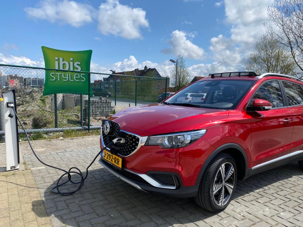 Elektrische auto opladen bij ibis Styles hotel met laadpaal