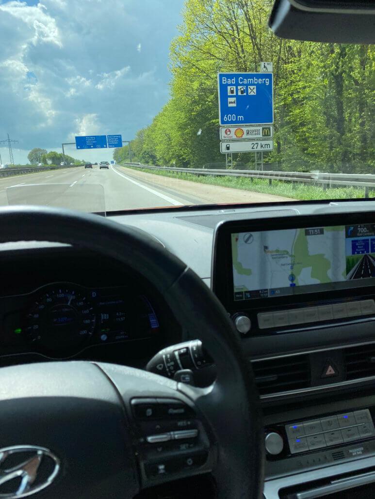 Snellader langs de Autobahn icoon op snelwegbord