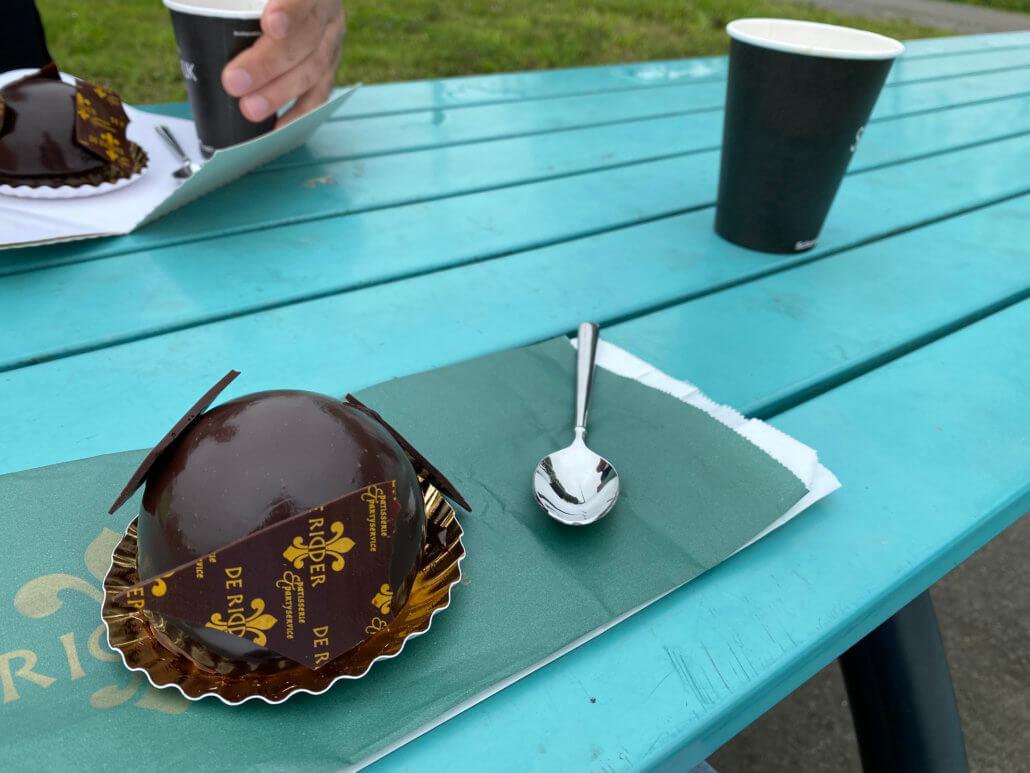 Koffie met een gebakje tijdens de tussenstop naar Zeeland