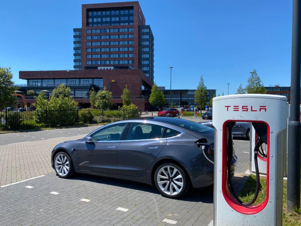 Tesla Supercharges bij Van der Valk hotel Dordrecht langs de A16