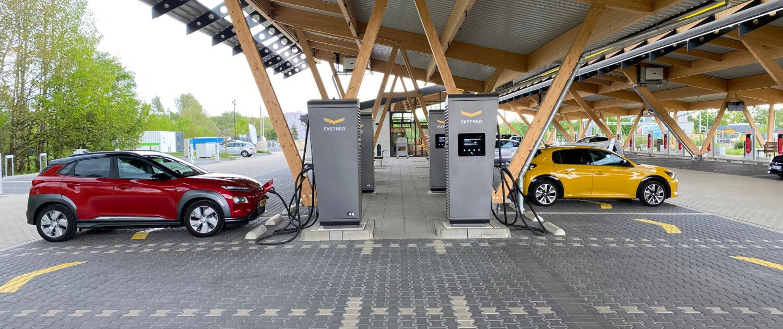 Hyundai Kona Electric opladen bij snellaadstation Fastned Hilden Kreuz Duitsland