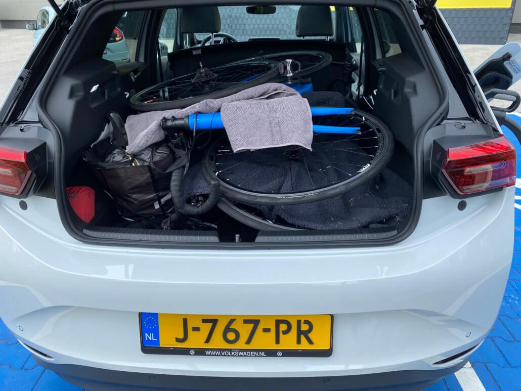 Bagage in Volkswagen ID.3 voor vakantie Noord-Italië