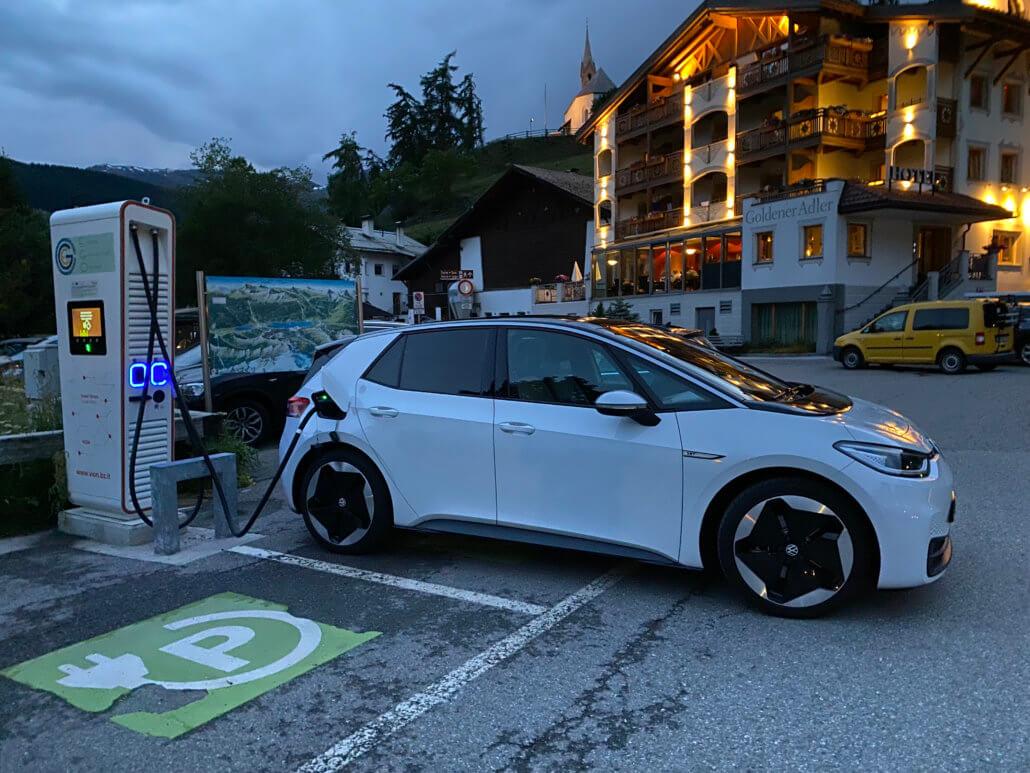 Elektrische auto opladen in wintersportdorp