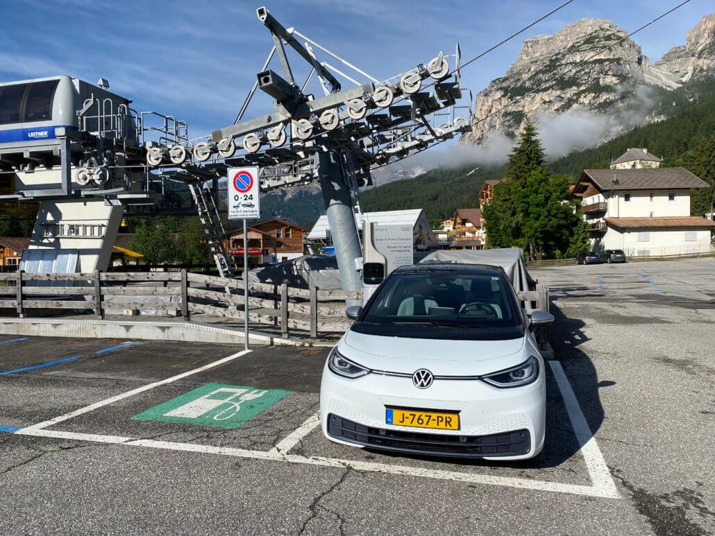 Elektrische auto opladen naast skilift bij enel X laadpaal Badia, Bozen Italië