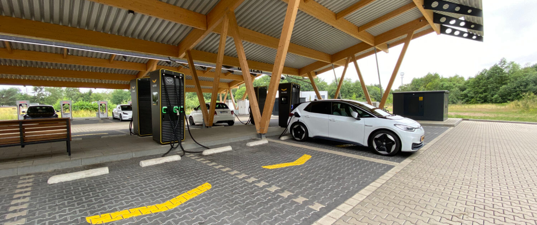 Volkswagen ID.3 snelladen onderweg naar vakantie bij Fastned Hilden Kreuz