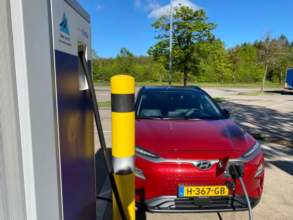 Hyundai Kona Electric snelladen bij EnBW in Duitsland