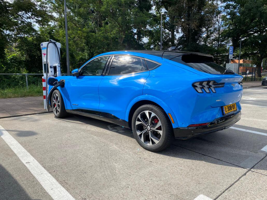 Mustang Mach-E opladen bij Ionity