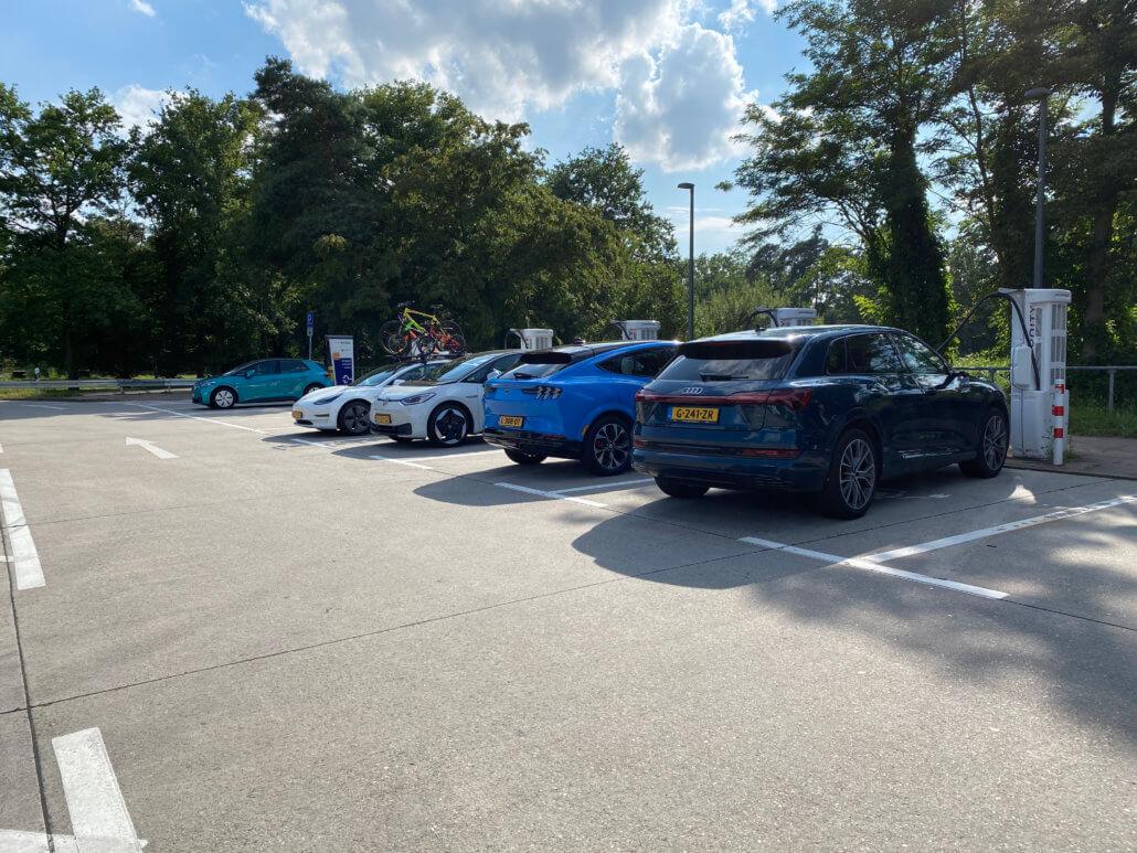 Nederlandse auto's bij Ionity Bruchsal West langs de A5 in Duitsland