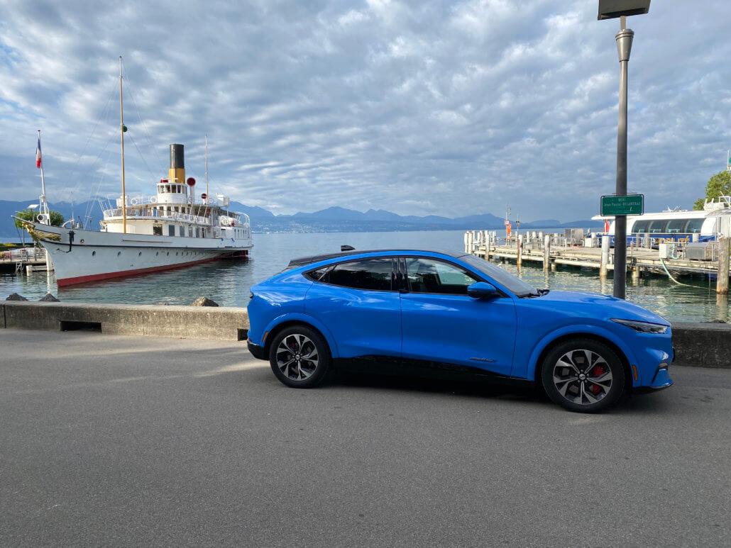 De Mustang Mach-E bij de typische boten van het meer van Genève