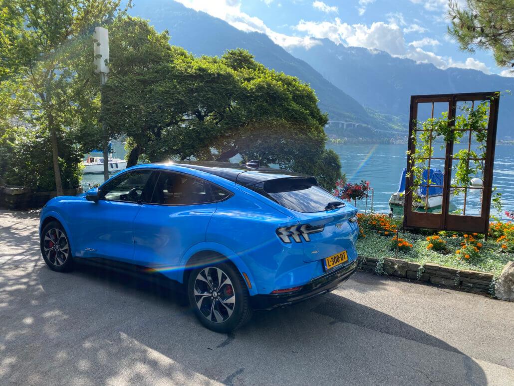 Mustang Mach-E aan het meer van Genève