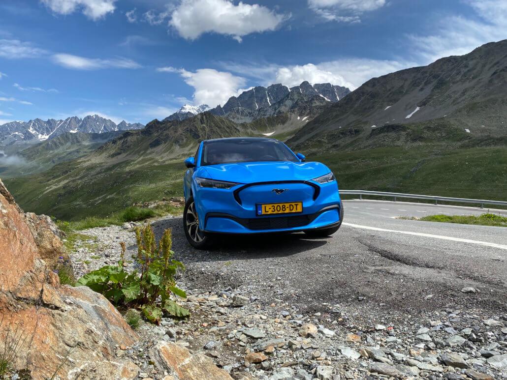 Mustang Mach-E is 'fun to drive' op de Grote Sint-Bernhardpas