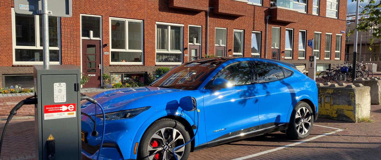 Mustang Mach-E opladen bij terugkomst in Amsterdam