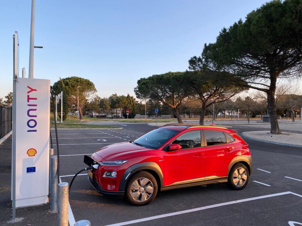 Hyundai Kona Electric bij IONITY snellader in Zuid-Frankrijk