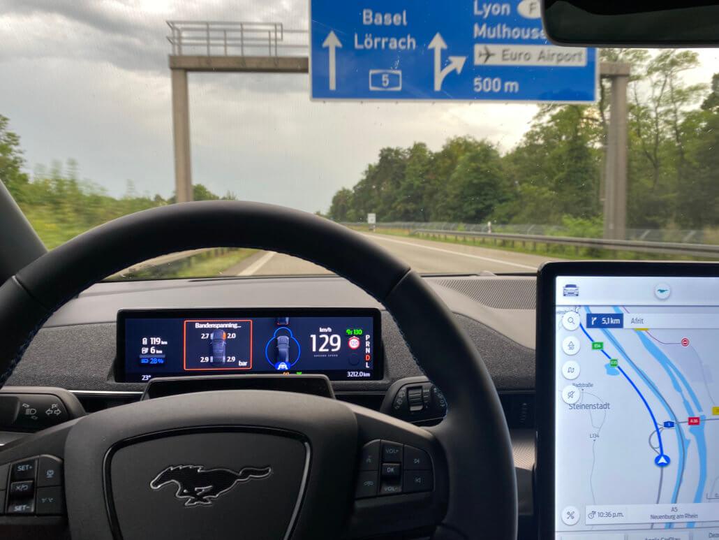 Melding bandenspanning elektrische auto onderweg naar vakantiebestemming