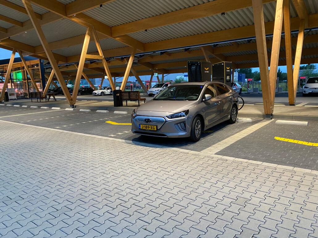 Hyundai IONIQ Electric laadstop bij Fastned Kreuz Hilden