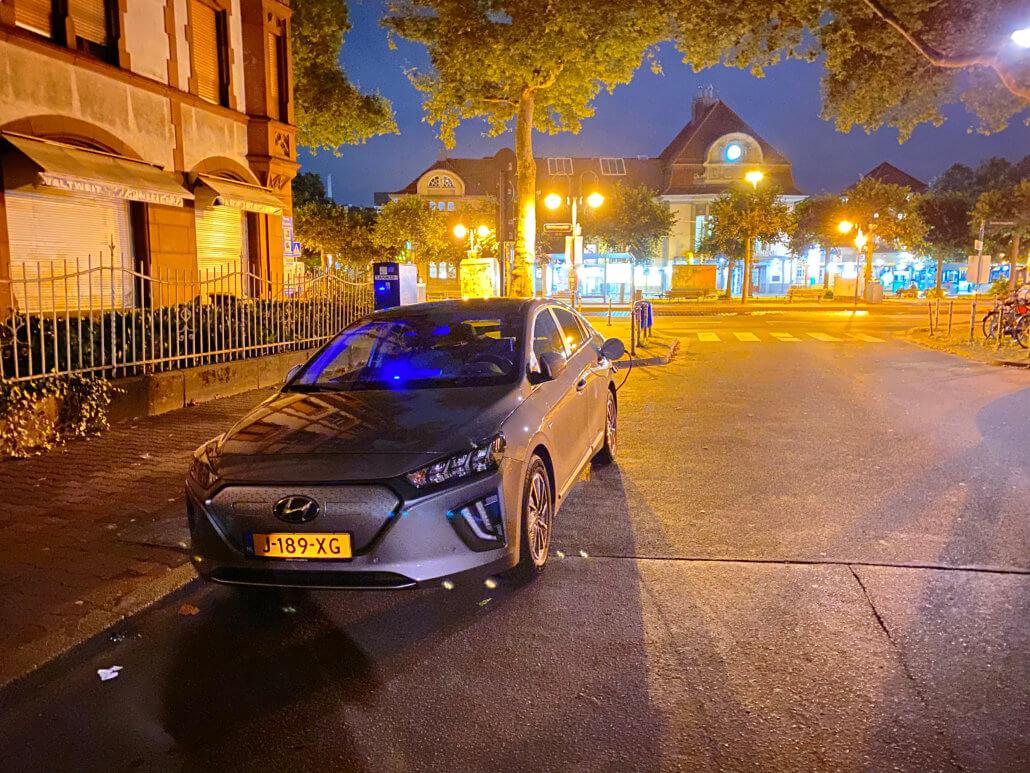 Hyundai IONIQ Electric opladen op straat in Frankfurt