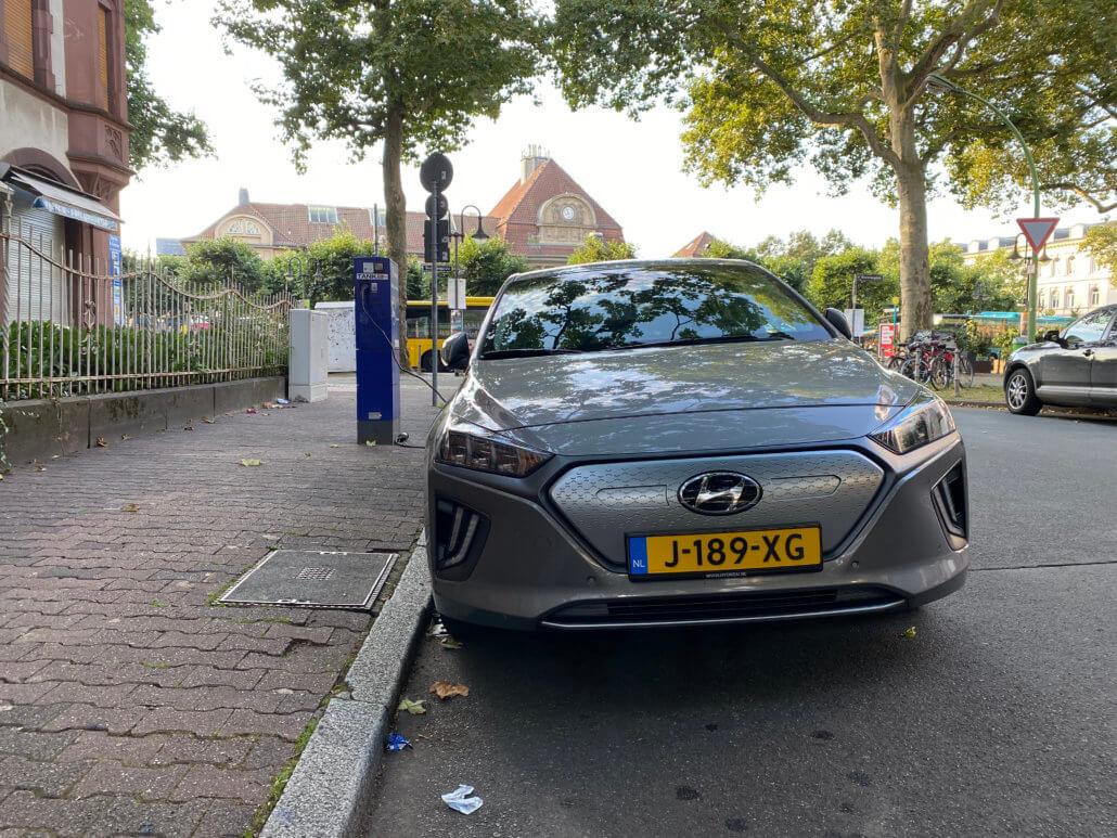 Hyundai IONIQ Electric opgeladen op straat in Frankfurt