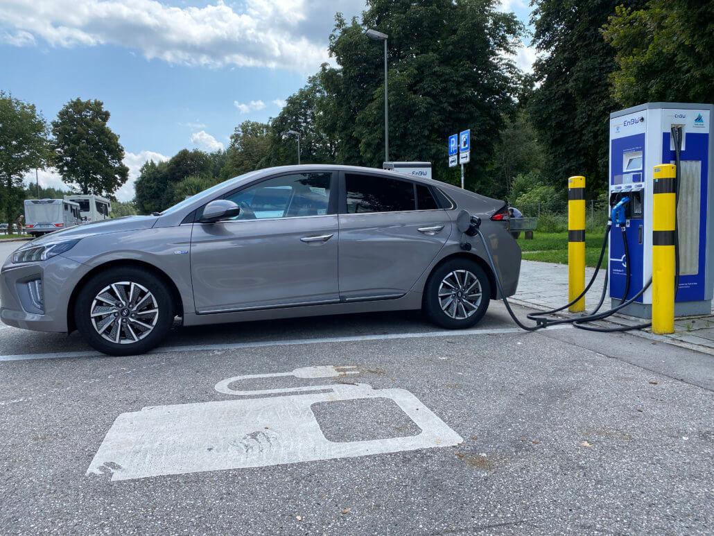 Hyundai Ioniq Electric bij EnBW snellader in Duitsland