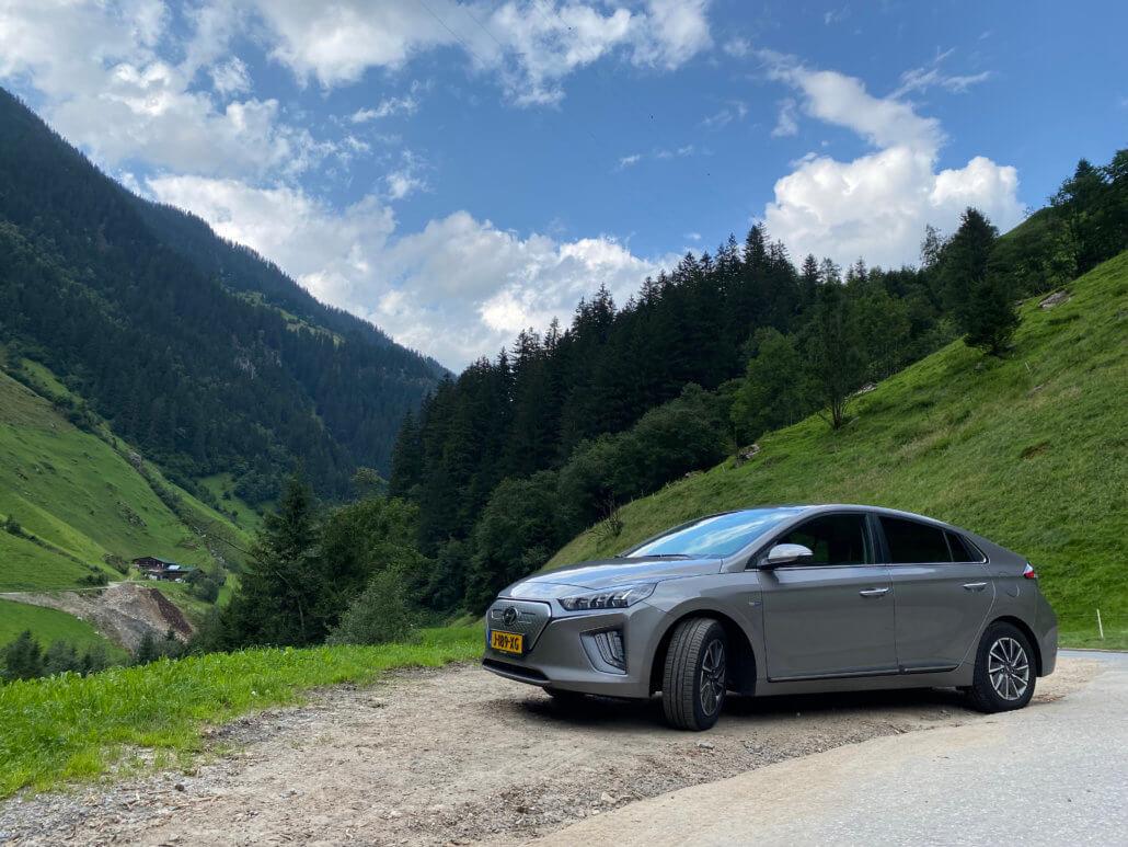 Hyundai Ioniq Electric in de bergen in Oostenrijk