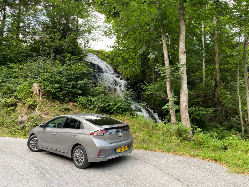 Hyundai IONIQ electric bij waterval in Oostenrijk