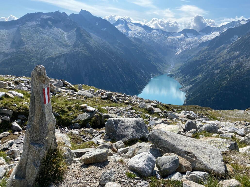 Oostenrijkse vlag op de paaltjes op de Olpererhütte vanaf de Schleigeis Stausee
