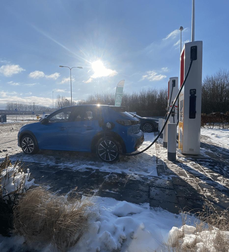 Elektrische auto opladen onderweg naar de wintersport
