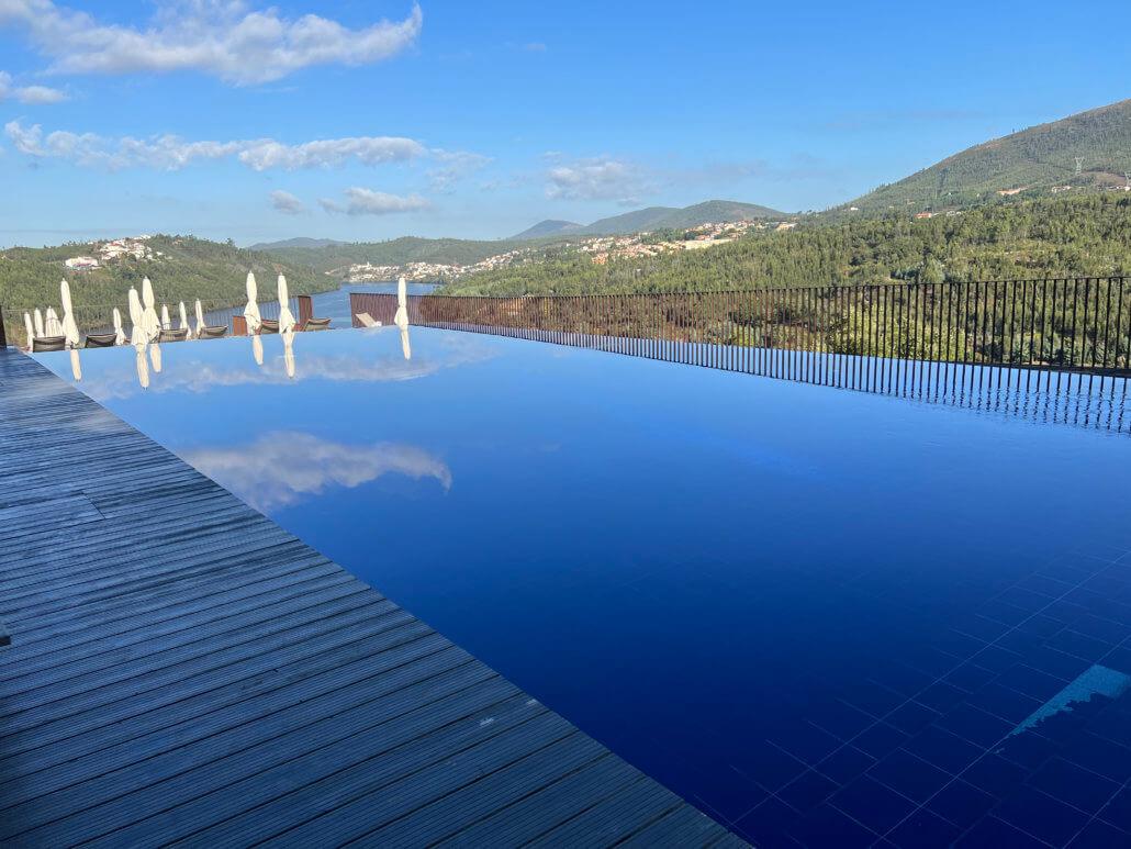 Het uitzicht vanaf één van de drie zwembaden op de Douro vallei